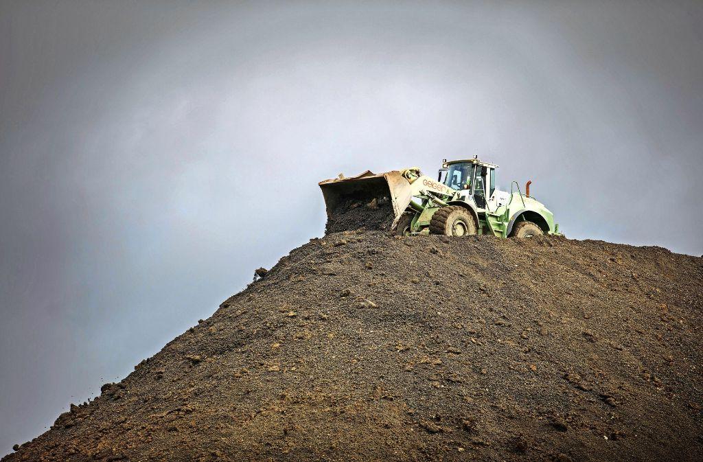 Die Mülldeponie in Backnang-Steinbach wird zurzeit zu einer riesigen Baustelle. Der Müllberg soll abgedichtet und rekultiviert werden. Allein für den ersten Bauabschnitt benötigt man voraussichtlich zwei Jahre. Foto: Gottfried Stoppel
