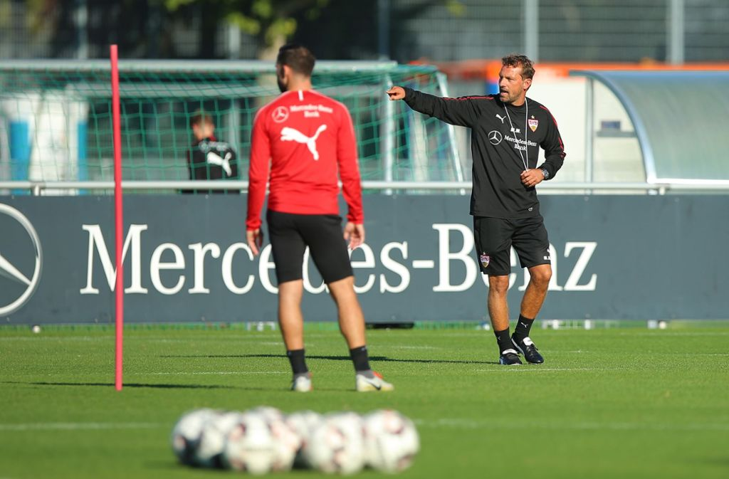 Zeigt gleich, wer der Chef auf dem Platz ist: Neu-Trainer Markus Weinzierl. Foto: Getty