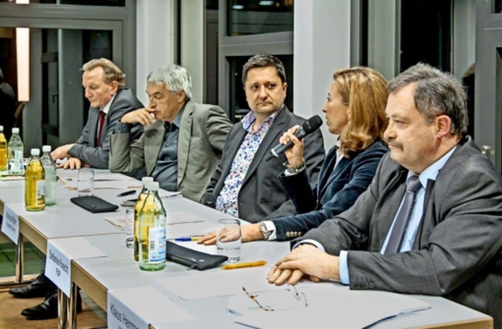 Claus Schmiedel (SPD) und Jürgen Walter (Grüne)  (von links) haben nur wenig gemein mit den Ansichten ihrer politischen Gegner Stefanie Knecht (FDP) und Klaus Herrmann (CDU). Der Moderator Markus Klohr sitzt zwischen den konkurrierenden Duos. Foto: factum/Granville