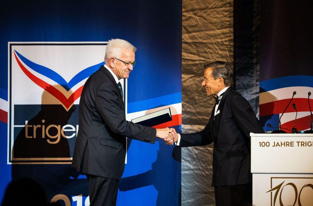 Ministerpräsident Winfried Kretschmann verleiht Trigema-Chef Wolfgang Grupp das Bundesverdienstkreuz. Foto: dpa/Philipp von Ditfurth