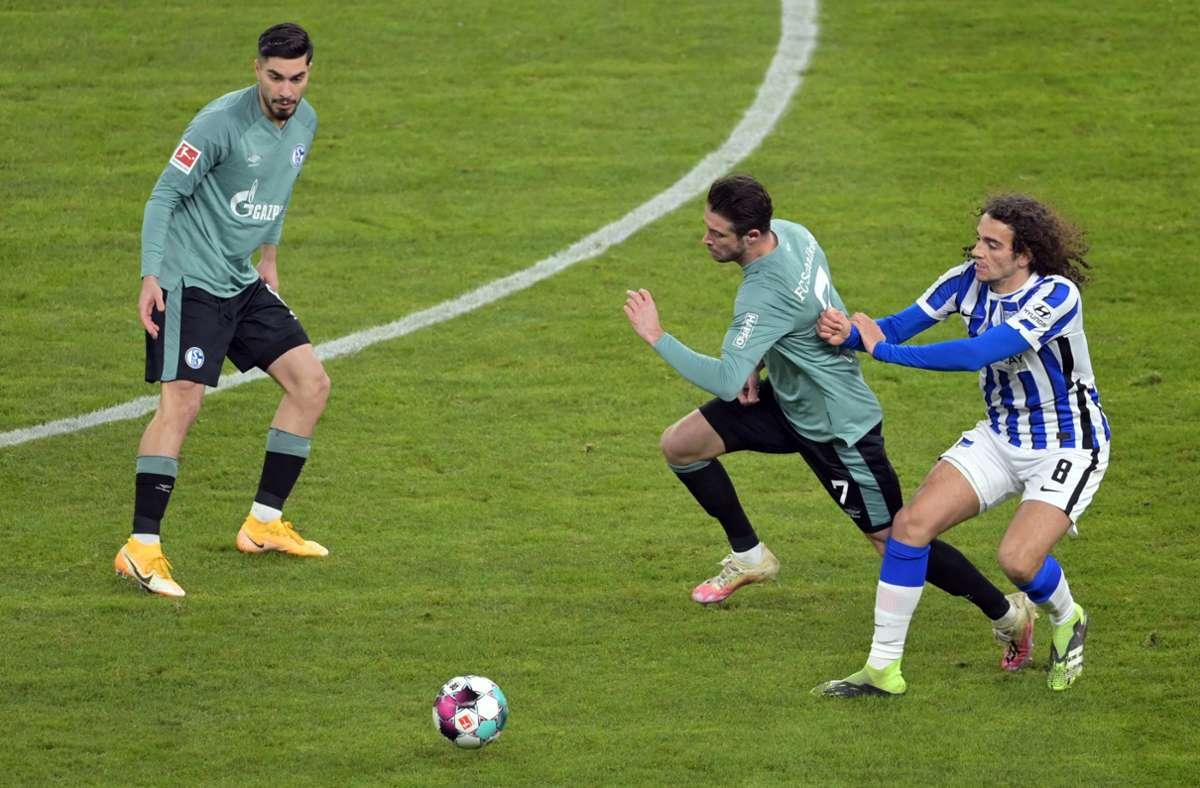 Matteo Guendouzi (r) von Hertha hält gegen Mark Uth  von Schalke. Foto: dpa/Soeren Stache