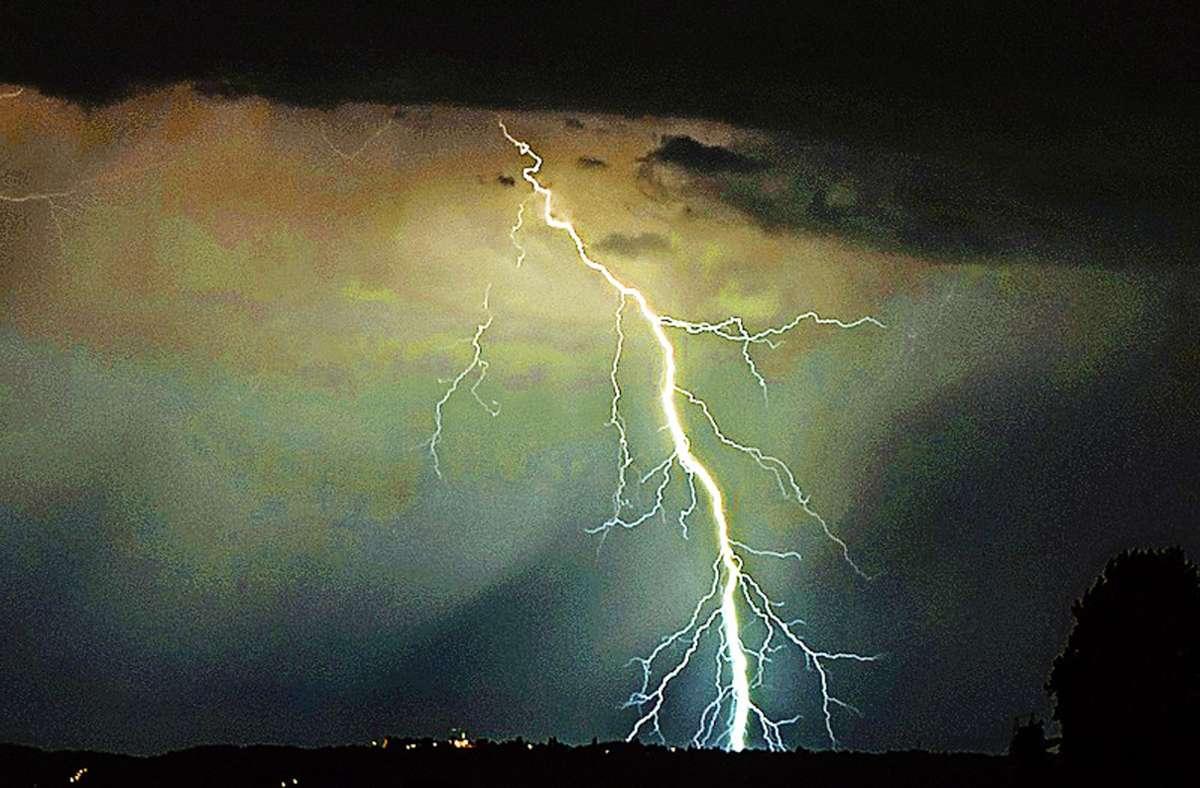 Unwetter machen sich im Osten des Landes breit. (Symbolfoto) Foto: Robert Michael/dpa-Zentralbild/d/Robert Michael