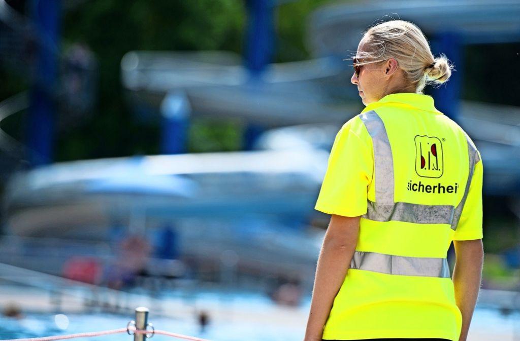 Arbeitsteilung: Am Becken tun die Schwimmmeister Dienst, auf der Liegewiese geht die Sicherheitsfirma Streife. Foto: Lg/Oliver Willikonsky