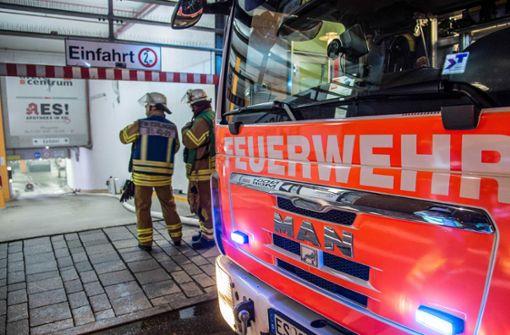 Auto brennt in Tiefgarage von Einkaufszentrum