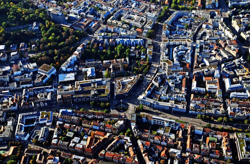 Die Stadt muss das Verkehrsrondell am Österreichischen Platz sanieren. In den Sommerferien will sie mit dem ersten Bauabschnitt beginnen. Foto: Manfred Storck