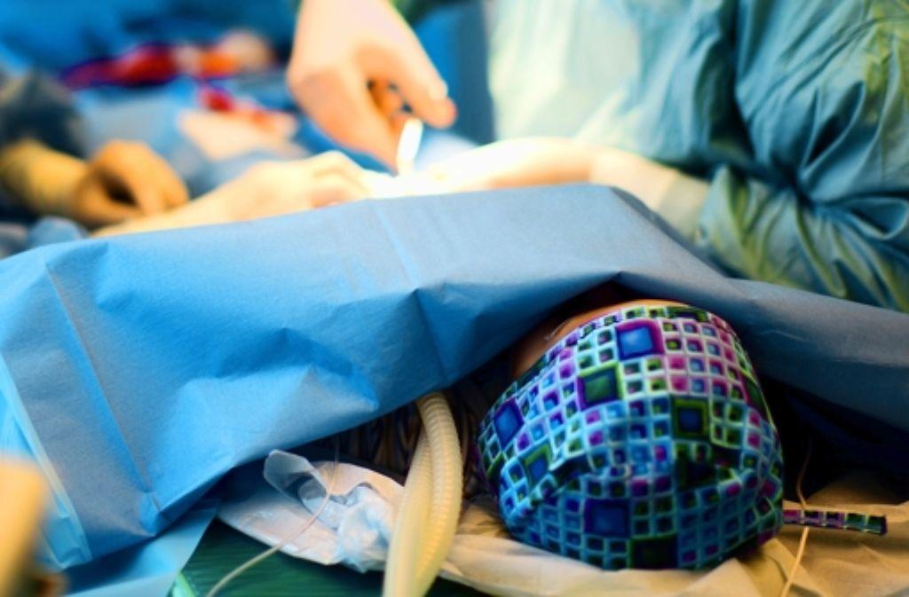 Ein Zweijähriger wird in einer Privatklinik beschnitten. Foto: dpa