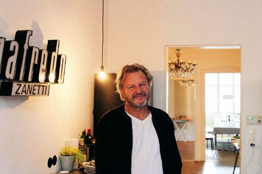 Die Wohnung des Hobbykochs ist mit ausgefallenen Einzelstücken ausgestattet – den Leuchtschriftzug in seiner Küche hat Martin beim Abriss eines schönen Cafés auf dem Gelände des heutigen Gerber-Viertels entdeckt.  Foto: Alla Lukashova