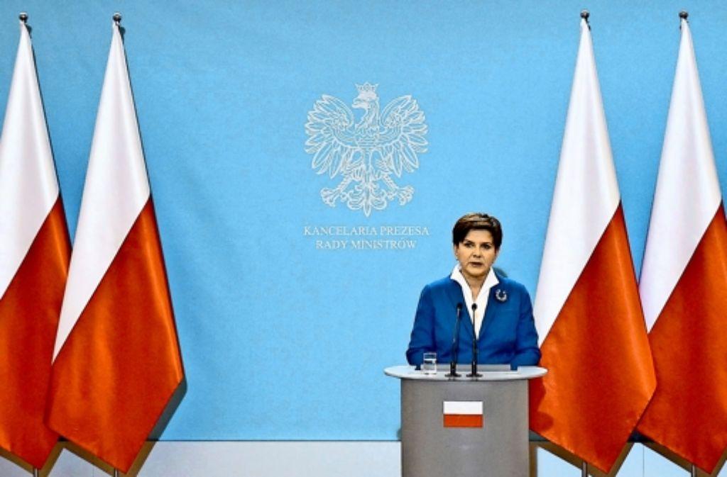 Für die EU-Fahne ist kein Platz mehr bei patriotischen Pressekonferenzen: die polnische Premierministerin Beata Szydło inmitten   rot-weißer Nationalflaggen. Foto: