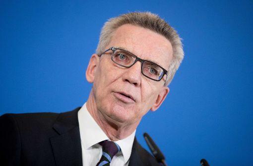 Innenminister Thomas de Maizière will den Bürgern beim Online-Ausweis auf die Sprünge helfen. Foto: dpa