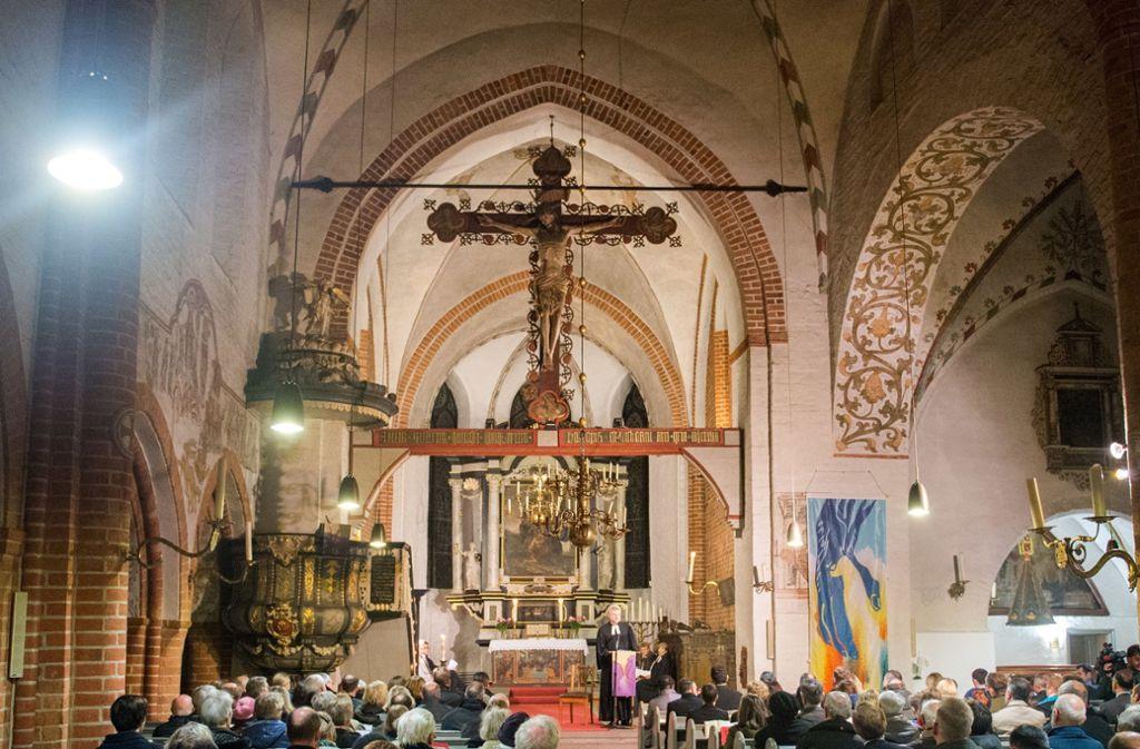 Viele Gottesdienst-Besucher verlassen fluchtartig die Kirche (Symbolbild). Foto: dpa