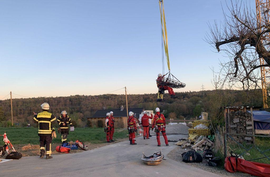 Die Höhenrettung kommt am Mittwochabend einem verletzten Bauarbeiter zu Hilfe. Foto: SDMG/Boehmler