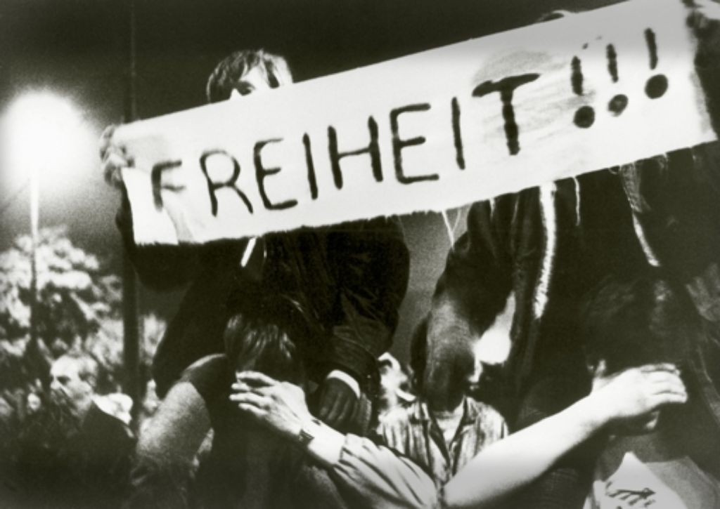 """""""Freiheit"""" und """"Wir bleiben hier"""" stand auf den Transparenten. Von """"Wiedervereinigung"""" war noch nicht die Rede. Montagsdemonstration in Leipzig, Oktober 1989 Foto: picture alliance"""