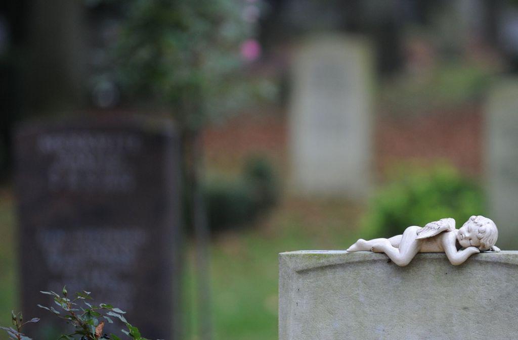 Auf einem Friedhof will ein Mann Klopfgeräusche gehört haben und rief die Polizei (Symbolfoto). Foto: dpa