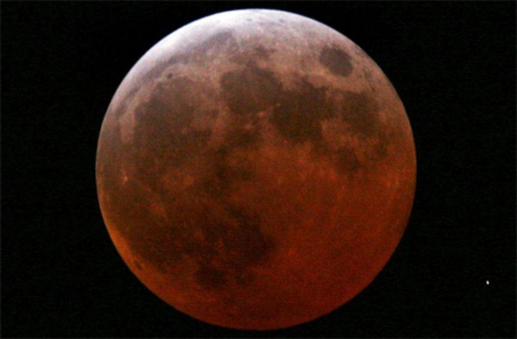 Am Montag findet eine totale Mondfinsternis statt. Schicken Sie uns ihre schönstes Fotos des Naturspektakels. Foto: dpa