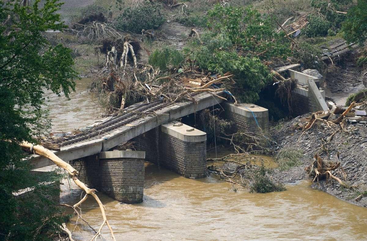 Bei Ahrweiler sind Brücken und Straßen zerstört. Foto: dpa/Thomas Frey