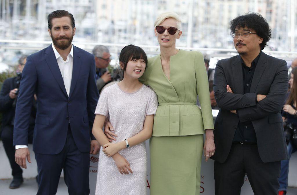 19. Mai 2017: Die Hauptdarsteller Jake Gyllenhaal, Ahn Seo-Hyun und Tilda Swinton mit dem Regisseur Bong Joon-Ho bei den internationalen Filmfestspielen in Cannes. Foto: AP