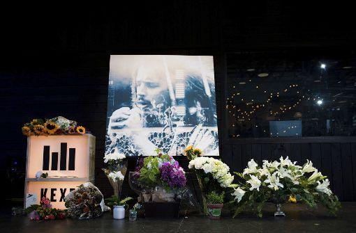 Fans haben Blumen für den verstorbenen Sänger Chris Cornell niedergelegt. Foto: AP