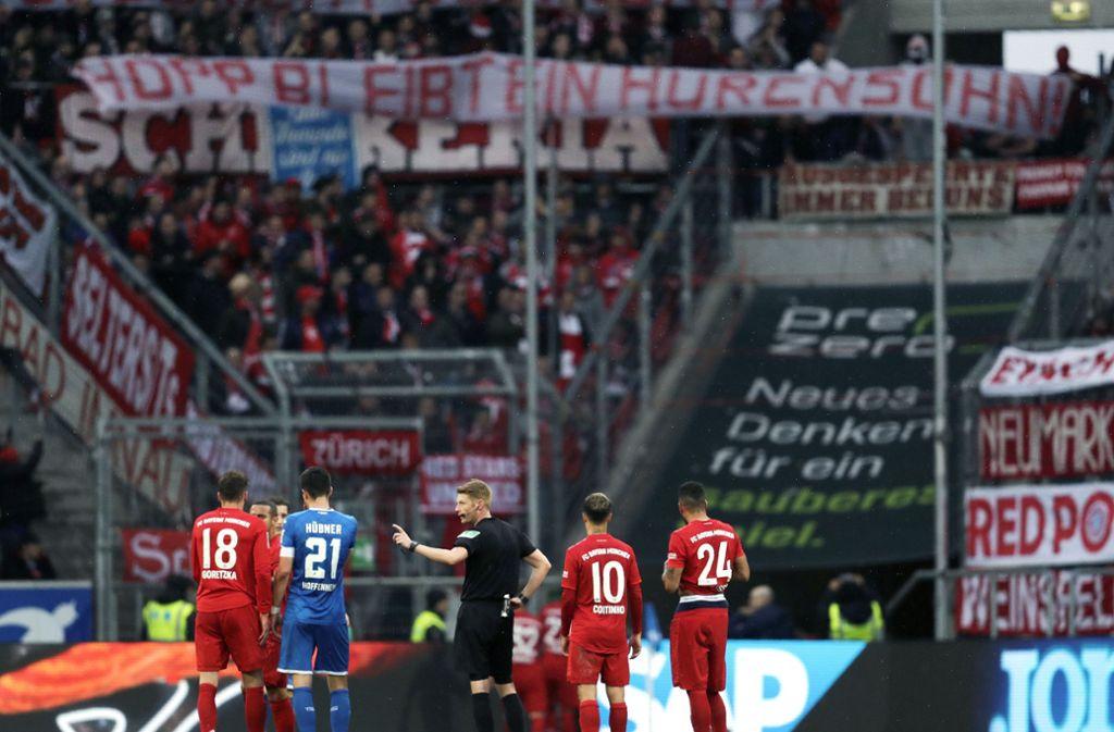Die Plakate gegen Dietmar Hopp haben am Samstag für Unterbrechungen der Partie zwischen dem FC Bayern München und der TSG Hoffenheim gesorgt. Foto: AP/Michael Probst
