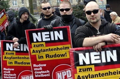 Die Polizei hat Rechtsextremen im Bodenseeraum Hausbesuche abgestattet. Foto: dpa