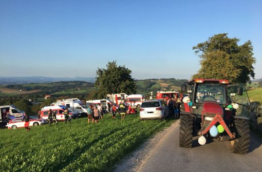 Traktoranhänger kippt um – 13 Frauen verletzt
