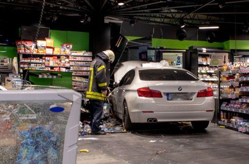Auto kracht in Verkaufstheke einer Tankstelle