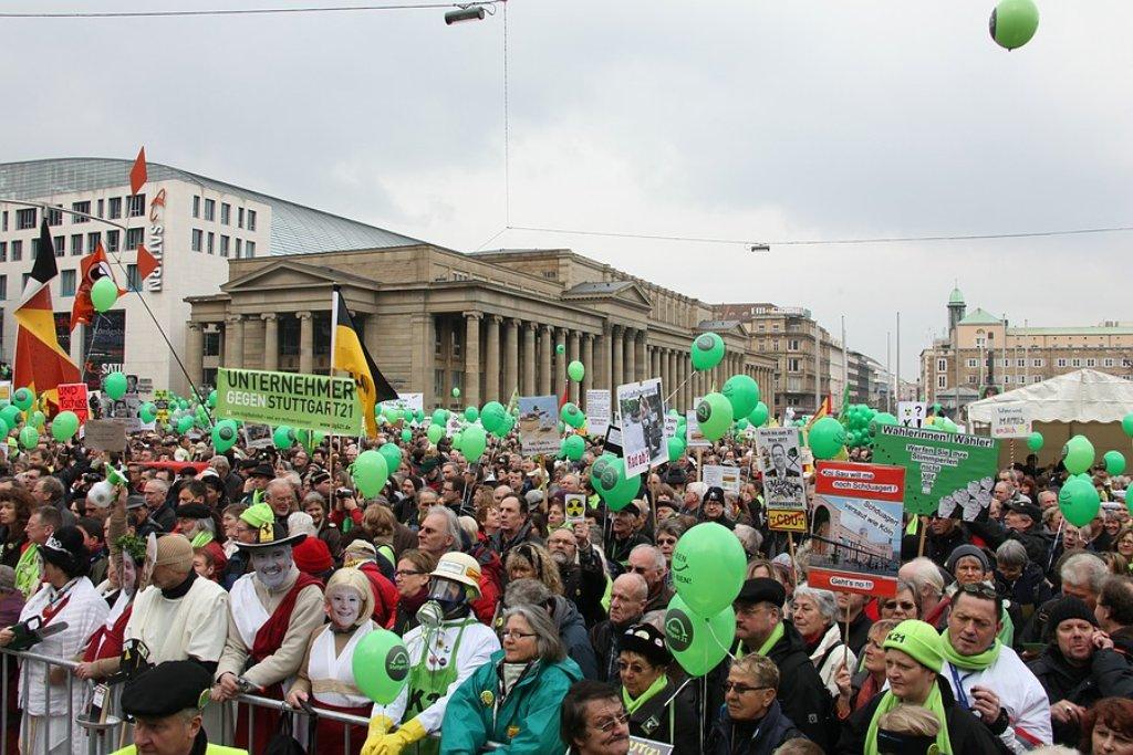 Tausende haben kurz vor der Landtagswahl in Baden-Württemberg gegen das umstrittene Bahnprojekt Stuttgart 21 demonstriert. Foto: Beytekin