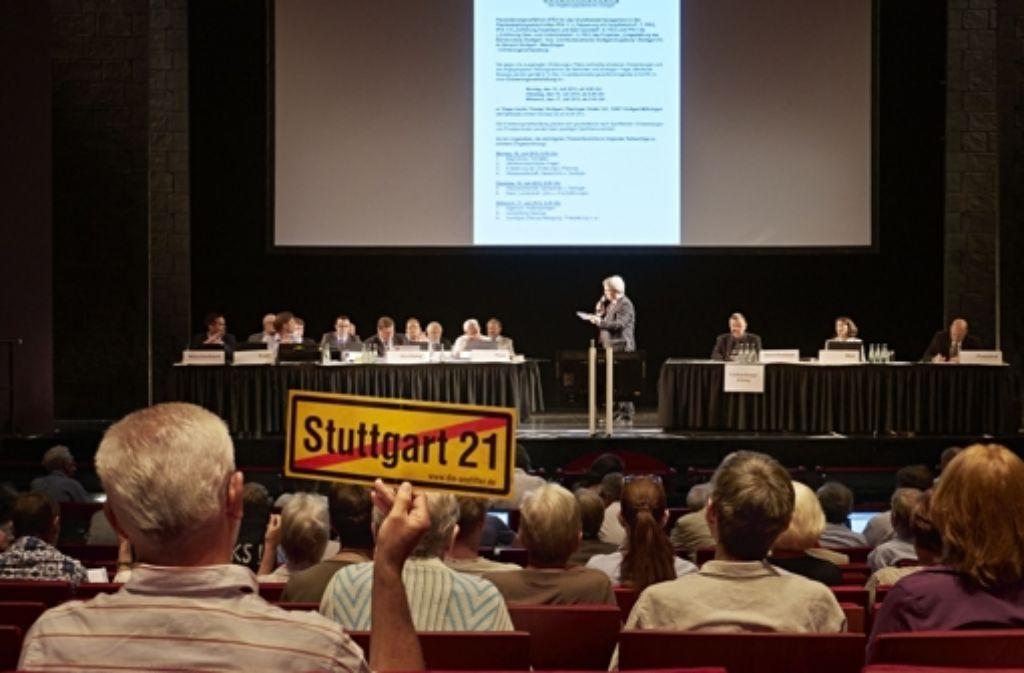 Die erste Anhörung im Apollo-Theater Foto: Heinz Heiss