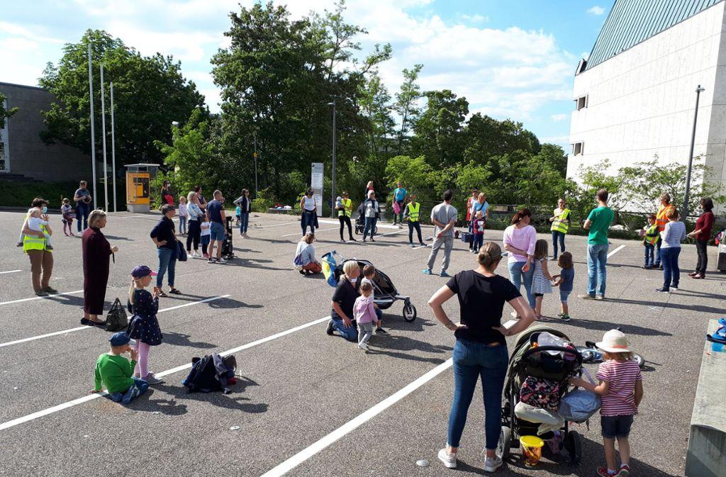 Rund 50 Erwachsene und Kinder demonstrieren vor der Schwabenlandhalle. Foto: Dirk Herrmann