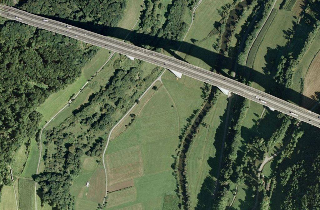 Für 20 Millionen Euro ist Deutschlands höchste Brücke, die 1979 fertig gestellte Kochertalbrücke, vor einigen Jahren saniert worden. Foto: Googel Earth/HO