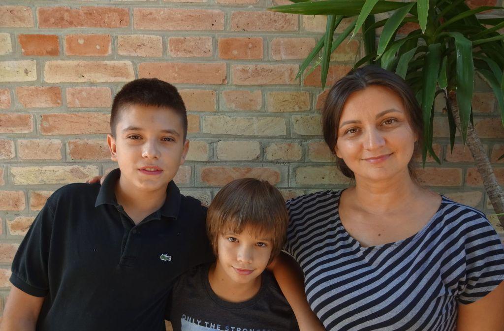 Die Brüder Luka und  Tomislav   Lovric hoffen mit ihrer Mutter Bozana darauf,  dass ihr Vater Ivan nicht mehr allzu lange als Arbeits-Exilant in Stuttgart fernab der kroatischen Heimat bleiben muss     . Foto: Thomas Roser