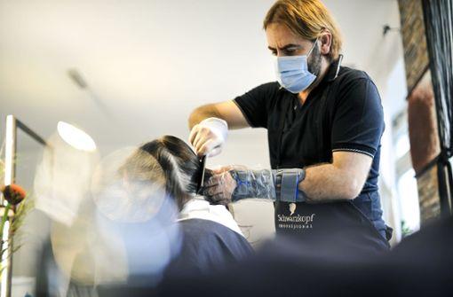 Warum ein Friseur in Stuttgart mit gebrochenem Handgelenk arbeitet