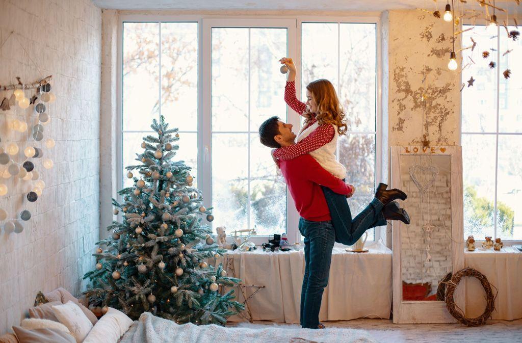 Wenn Paare sich bei ihren Erwartungen zum Weihnachtsfest einig sind, steht harmonischen Feiertagen (fast) nichts mehr im Weg. Foto: stock.adobe.com/diignat