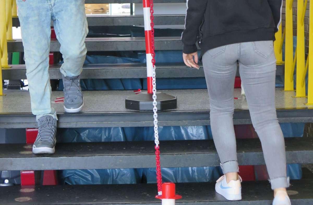 Im Treppenhaus des FSG wird auf genügend Abstand geachtet. Foto: Brigitte Hess