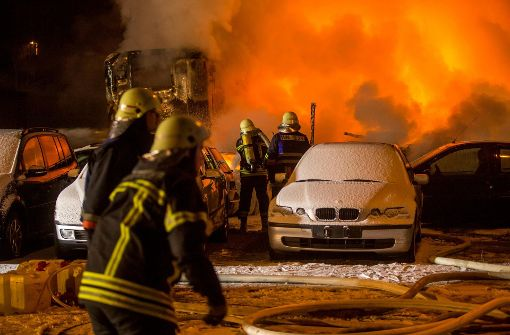 Brand beschädigt mehrere Fahrzeuge