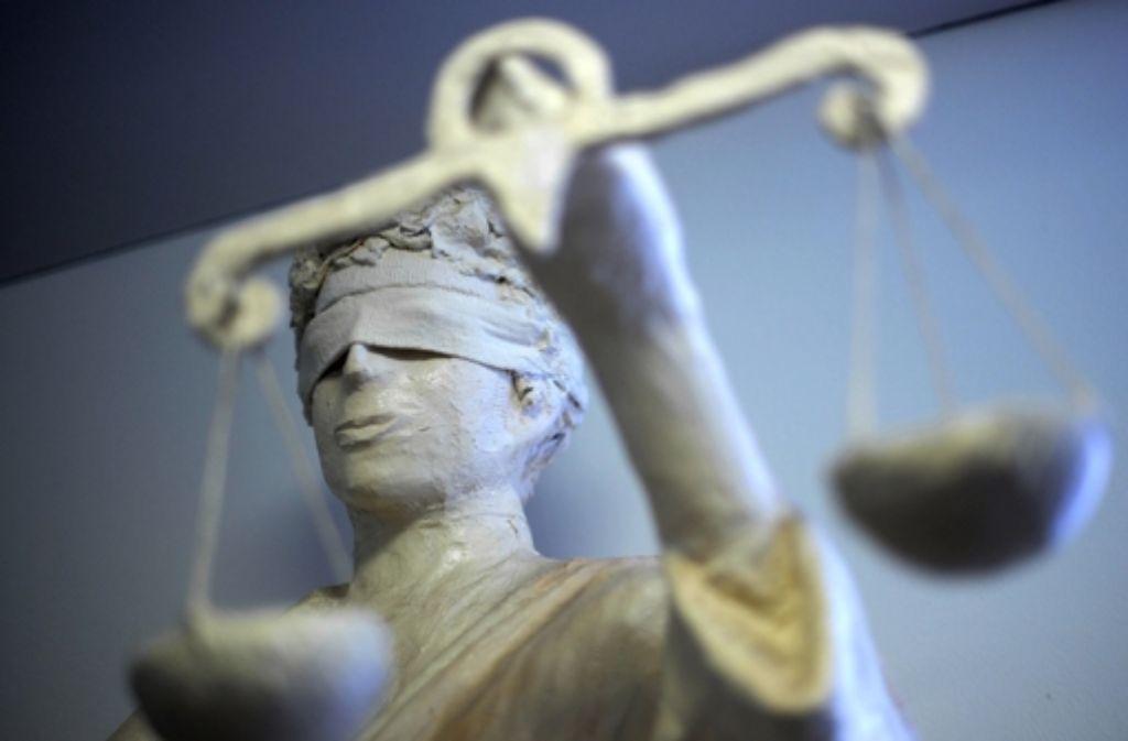 Vor dem Amtsgericht Öhringen wird der Tortenwurf auf den Innenminister verhandelt. Doch der Prozess wurde am Donnerstag direkt unterbrochen, weil die Verteidigung den Richter für befangen hält. Foto: dpa