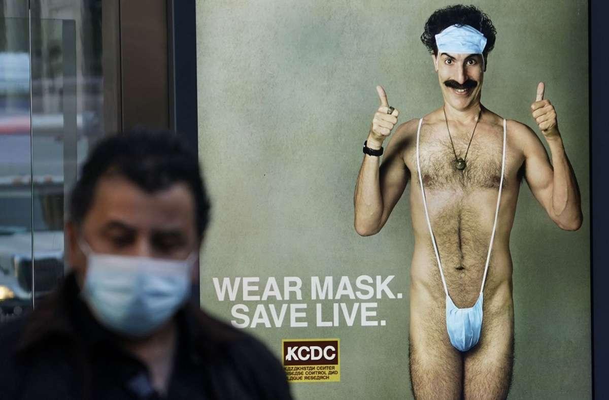 """Ein Werbeplakat des Films """"Borat Anschluss Moviefilm""""  mit Sacha Baron Cohen in New York Foto: AFP/Timothy A. Clary"""