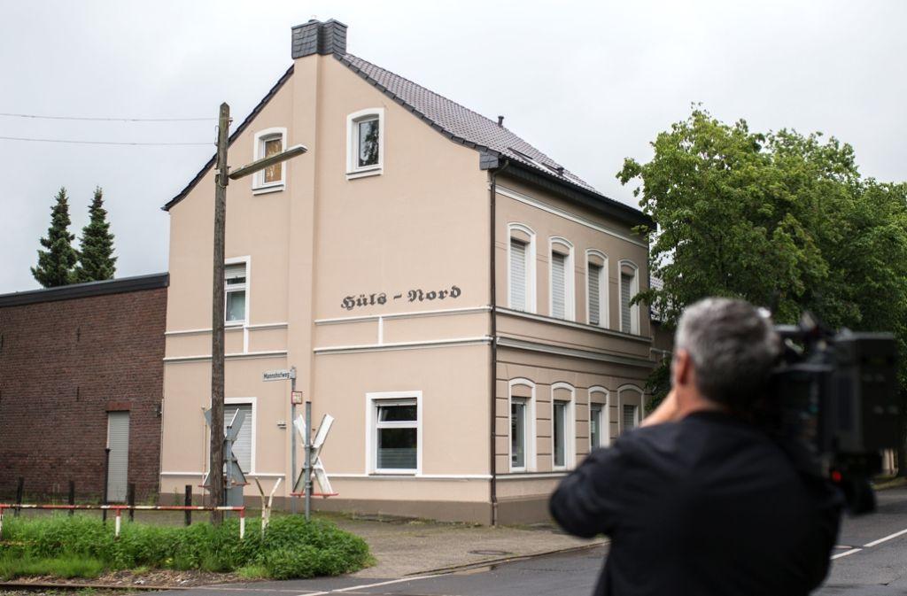 Ein Kameramann filmt das Haus, aus dem eine Mutter ihre drei Kinder aus einem Fenster im zweiten Stock geworfen haben soll. Foto: dpa