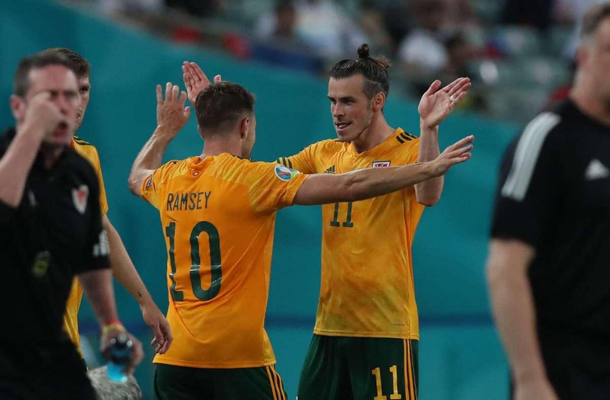 Gareth Bale und Aaron Ramsey führten ihr Team zum Sieg. Foto: AFP/TOLGA BOZOGLU