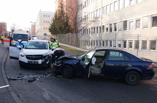 Ein Verletzter bei Frontalzusammenstoß in Zuffenhausen