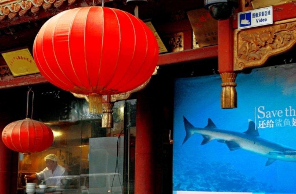 80 tiefgefrorene Enten sind von der Polizei auf dem Fußboden eines Chinarestaurants in Waiblingen gefunden worden - die Tiere sollten auftauen.  Foto: AP/Symbolbild