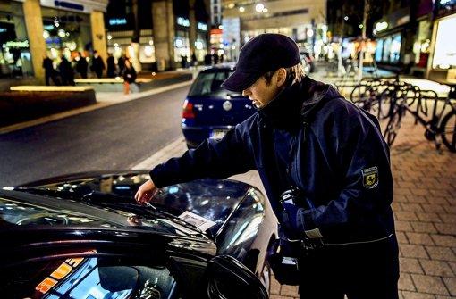 Innerhalb weniger Wochen   haben die städtischen Kontrolleure in der Tübinger Straße fast  1000 Strafzettel ausgestellt. Foto: Achim Zweygarth