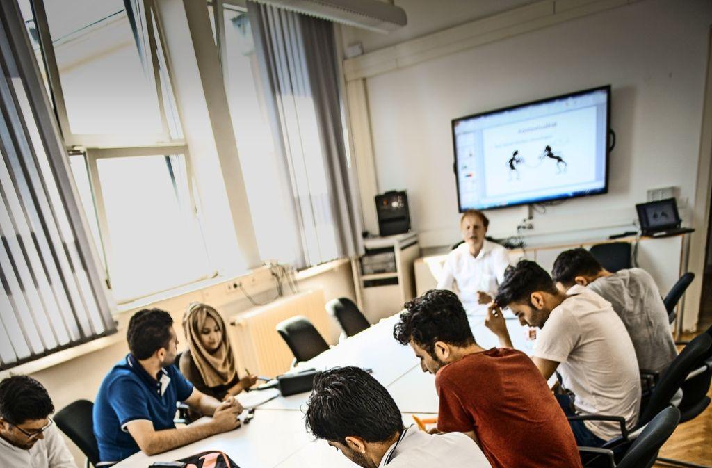 Im Vorbereitungskurs der Technikhochschule lernen Flüchtlinge, was man für ein Bau-Studium mitbringen muss. Foto: Lichtgut/Leif Piechowski