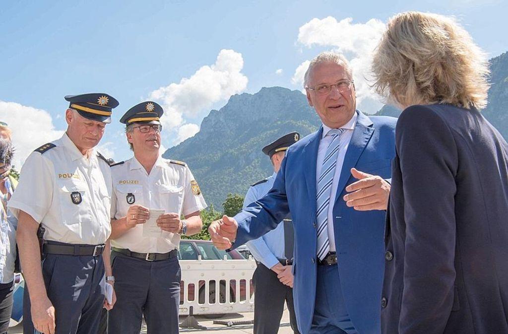 Zur Inspektion: Bayerns Innenminister Joachim Herrmann (CSU) besucht die Grenzkontrolle in Kiefersfelden Foto: dpa