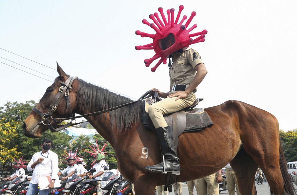 Ein Polizist in der indischen Millionenstadt Hyderabad Foto: Mahesh Kumar A/AP/dpa