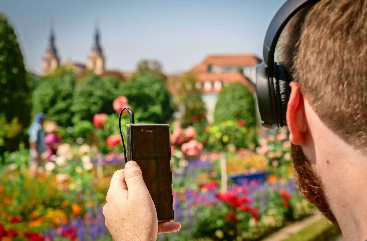 Mit Handy und Kopfhörern gibt es im Blühenden Barock seit kurzem sehr viel mehr zu entdecken. Foto: factum/Simon Granville