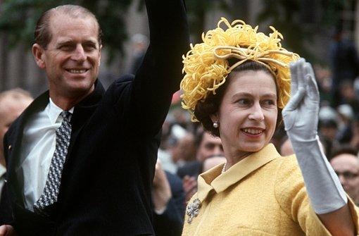 Im Mai 1965 trug sich die englische Königin Elizabeth l(inks im Bild ihr  Mann, Prinz Philip) sozusagen als Höhepunkt ihres Deutschlandbesuchs  auf dem Fernsehturm ins Goldene Buch der Stadt ein. Foto: dpa