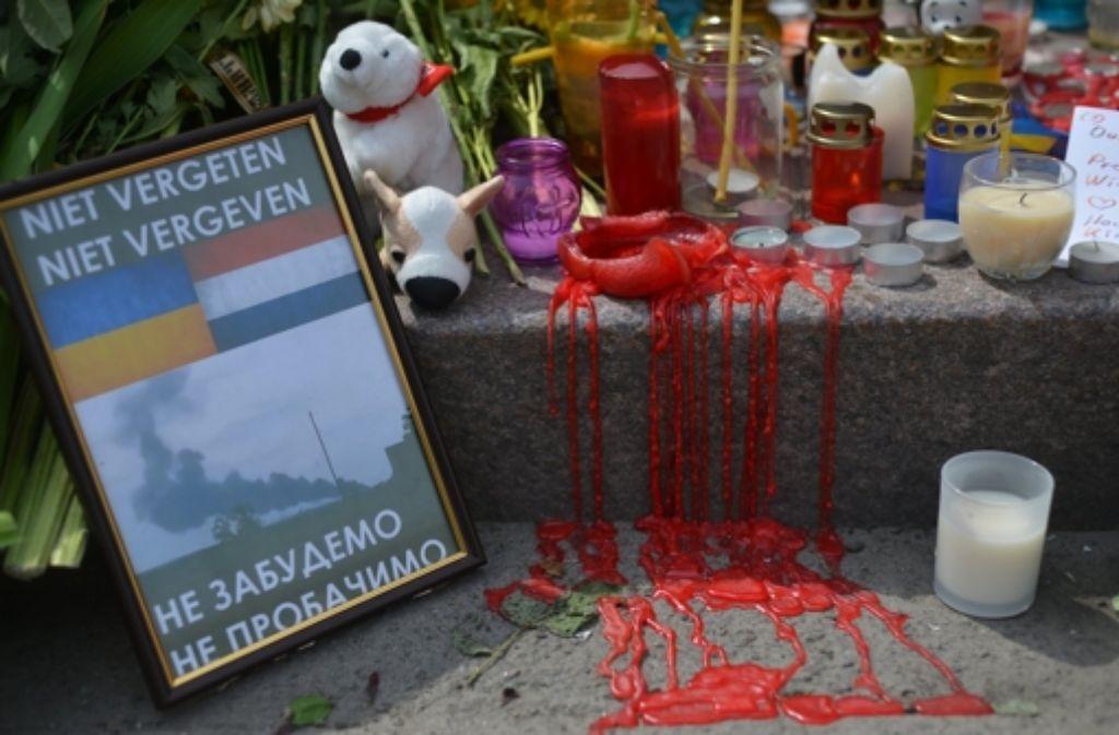Die Trauer um die Toten des Malaysia-Airlines-Fluges MH17 ist groß. An Bord waren auch zahlreiche Aids-Forscher. Foto: dpa