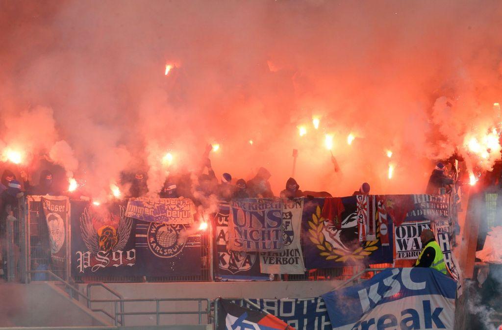 Bilder wie beim Derby des VfB Stuttgart gegen den Karlsruher SC sollen sich möglichst nicht wiederholen. Foto: Pressefoto Baumann