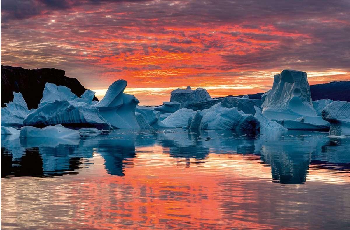 """Sonnenaufgang am Scoresbysund im Osten Grönlands, fotografiert von Stefan Forster. Diese und weitere Fotografien sind  in  Buch  """"Inseln des Nordens"""" im Verlag TeNeues erschienen. Foto: Stefan Forster/TeNeues"""