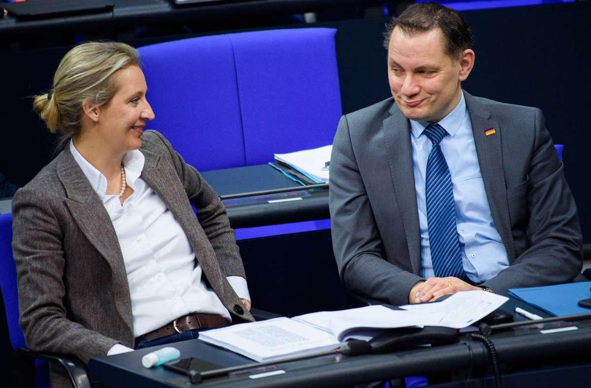 Alice Weidel, Vorsitzende der AfD-Bundestagsfraktion, und Tino Chrupalla, damals Bundessprecher der AfD, sitzen während einer Sitzung des Deutschen Bundestages im Plenarsaal des Reichstagsgebäudes (Archivbild). Foto: dpa/Gregor Fischer